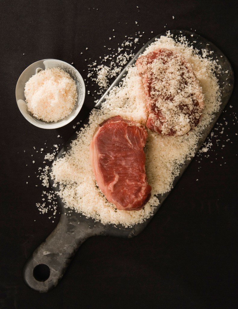 Salting_your_steak